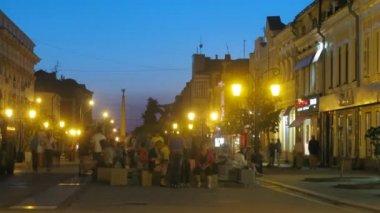 Les gens s'assoient sur leningradskaya rue contre le monument de la gloire — Vidéo