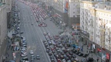 автомобили стоят в пробке на тверской улице в послеобеденное время — Стоковое видео