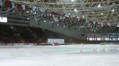 Racing cars go on ice in sports complex Krylatsky — Stok video