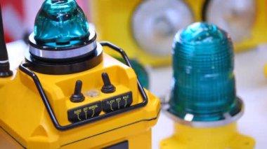 Radiofaro di aviazione, di colore giallo lampeggia la luce blu scura — Video Stock