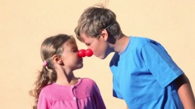 Two kids boy and little girl with clown noses play together — Stock Video