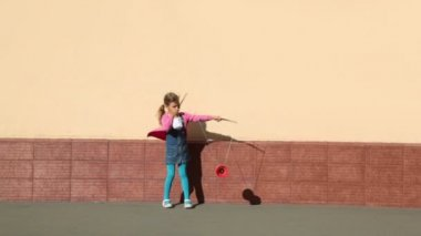 小女孩拥有两个棍子和扮演玩具墙附近 — 图库视频影像
