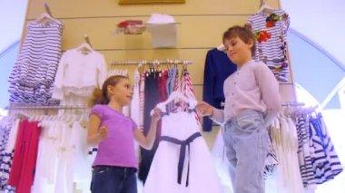 Niño ayuda a elegir el vestido a hermana en tienda, lapso de tiempo — Vídeo de stock