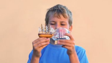 Chlapec se dívá na modely vysoký lodí v lahvích a přesune je — Stock video