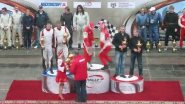 Winners rise by on pedestal, on Rally Masters Show — Stok video