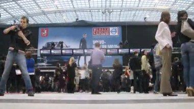 Návštěvníci chodit v hale na výstavě na volvo - týden módy — Stock video