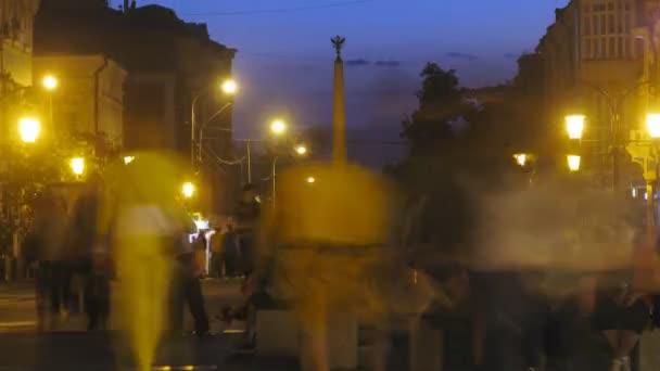 Les gens s'assoient sur les bancs dans la rue contre le monument de la gloire — Vidéo