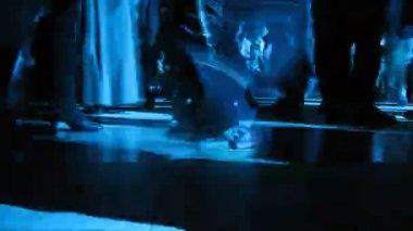 访客的脚动了前面坐在沃尔沃的摄影师 — 图库视频影像