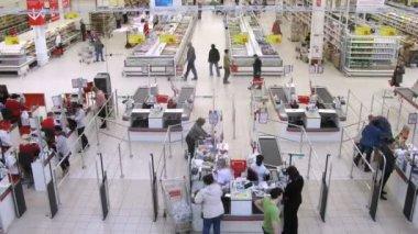 Women pay money in cash desks of superstore Auchan — Stock Video