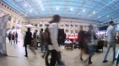 Visitors have rest in cafe at exhibition on Week of fashion — Stock Video