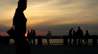 Young people walk in park on embankment in evening, time lapse — Stock Video