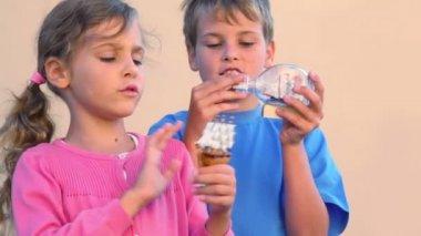 Dívka a chlapec hraje s modely vysoký lodí do skleněných lahví — Stock video