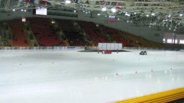 Racing cars compete on ice in sports complex Krylatsky — Stok video