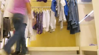 Girls try on clothes in shopping center, time lapse — Stock Video