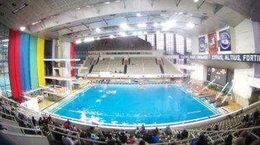 Publik lämnar pool auditorium efter matchen på vattenpolo — Stockvideo