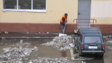 Worker cleans snow on parking in Moscow. — Stock Video