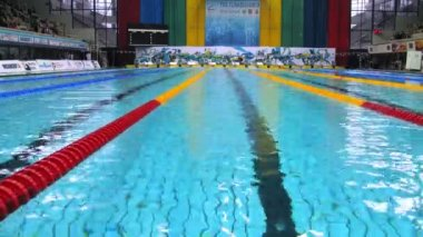 Swimmers take part in competitions in championship on swimming — Stock Video