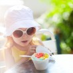 Cute girl eating ice cream — Zdjęcie stockowe #10947269