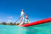 Retrato de uma menina na praia tropical — Foto Stock