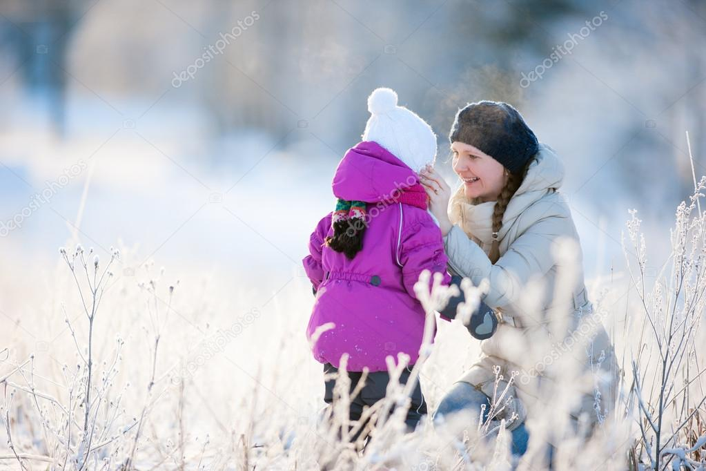 Mother and her little daughter enjoying beautiful winter day outdoors — Stock Photo #12654823