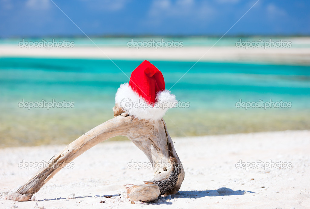 Santa hat on a white sand tropical beach — Stock Photo #12732766
