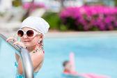 Kleines mädchen am pool — Stockfoto