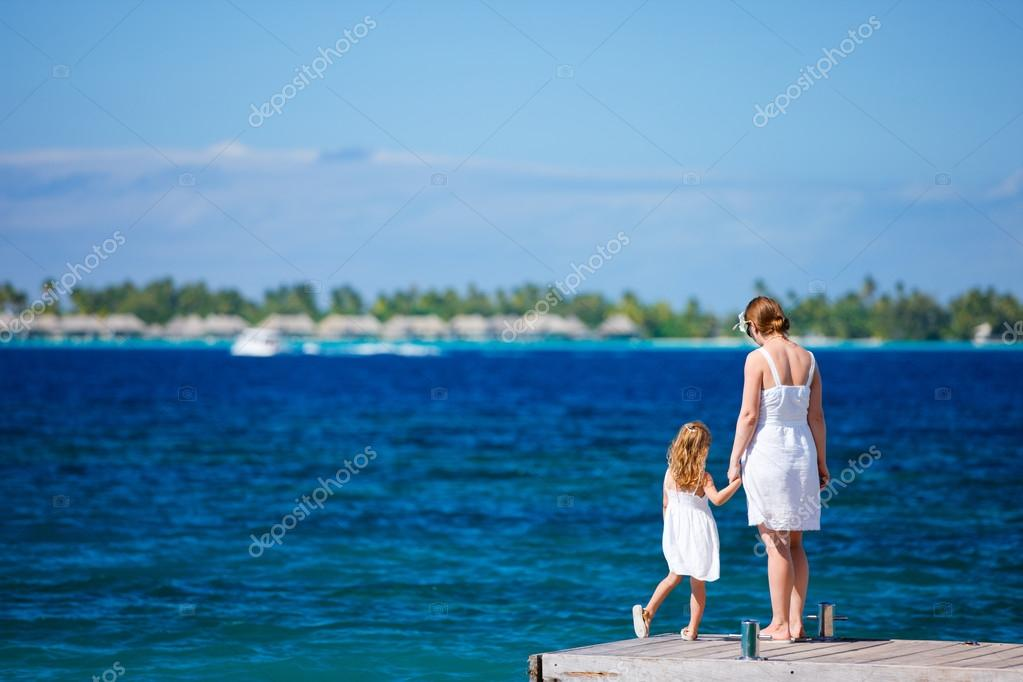Mother and daughter enjoying beautiful ocean view — Stok fotoğraf #12959298