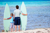 Père et fils avec planches de surf — Photo