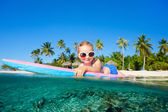Little girl swimming — Stockfoto