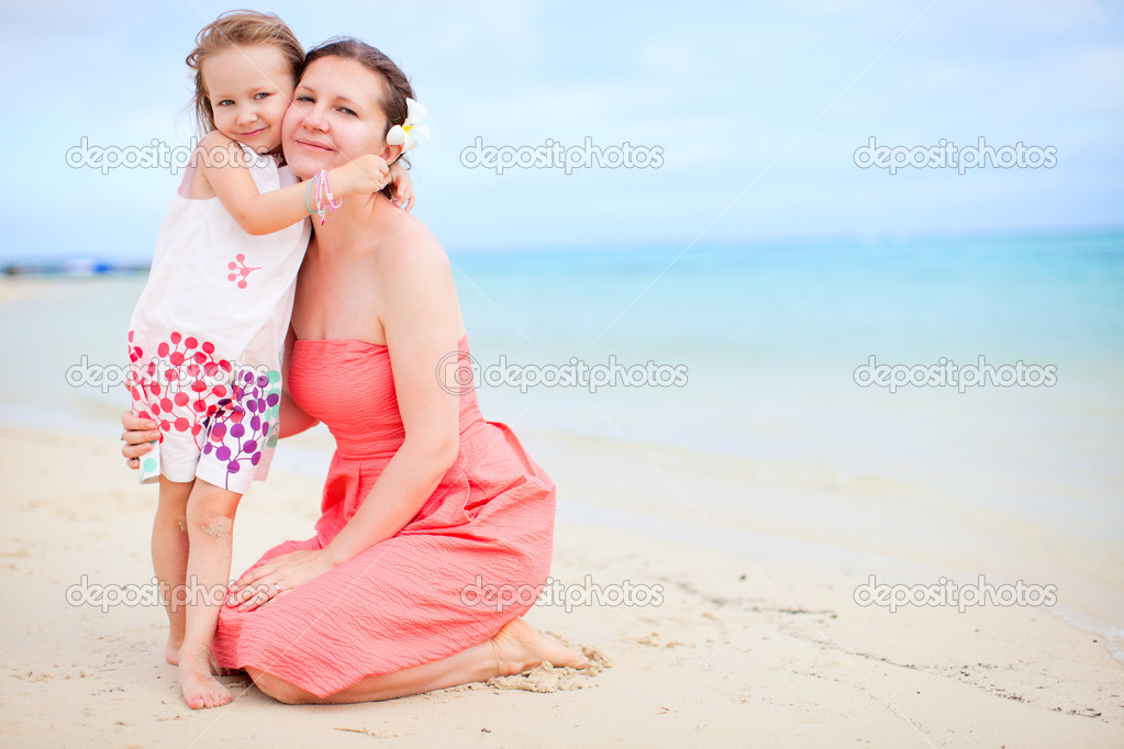 Portrait of happy mother and daughter at beach — Stock Photo #13548717
