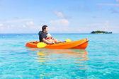 Far och dotter kajakpaddling — Stockfoto