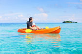 Father and daughter kayaking — Foto Stock