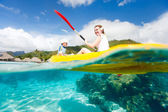 Mor och son kajakpaddling — Stockfoto