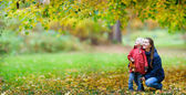 Mother and daughter at autumn park — Foto de Stock