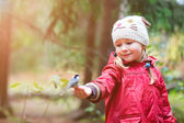 Little girl and great tit bird — Stock Photo