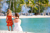 Mother and daughter on Tahitian beach — Stock Photo