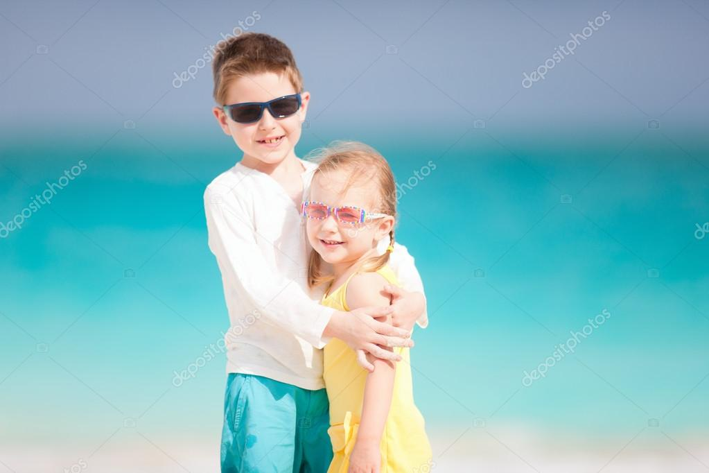 Happy brother and sister enjoying time at beach — Stock Photo #14060692