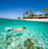 Femme nage sous l'eau — Photo