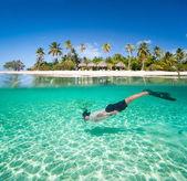 Hombre nadando bajo el agua — Foto de Stock