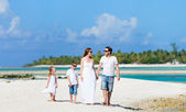 Family on beach vacation — Stock Photo