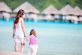 Madre e hija en playa resort — Foto de Stock