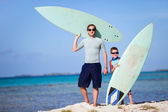 Father and son with surfboards — Stok fotoğraf