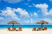 Chaises longues et parasols sur la plage tropicale — Photo