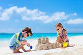 двое детей, играя на пляже — Стоковое фото