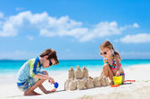 Two kids playing at beach — Stockfoto