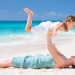moeder en dochter op strand — Stockfoto