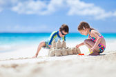 Two kids playing at beach — Foto Stock