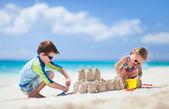 Dos niños jugando en la playa — Foto de Stock