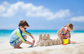 Two kids playing at beach — Foto de Stock
