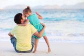 Baba ve kızı plajda — Stok fotoğraf